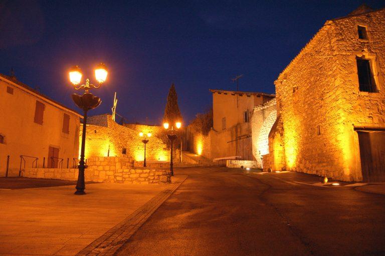 Place du Château à Magalas dans la nuit
